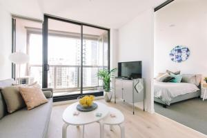 A seating area at A Stylish & Cozy 2BR Suite with City Views