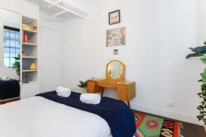 A bed or beds in a room at Spacious Designer Warehouse Melbourne CBD Apartment