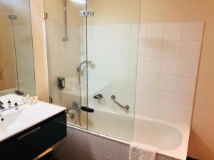 A bathroom at LE H - Hôtel & Restaurant