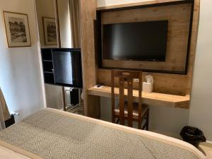 A television and/or entertainment center at EL BOUTIQUE HOTEL