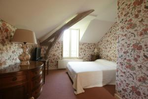 A bed or beds in a room at Le Chatenet