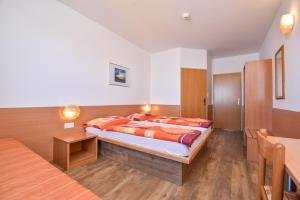 A bed or beds in a room at OEKOTEL Tópark Hotel