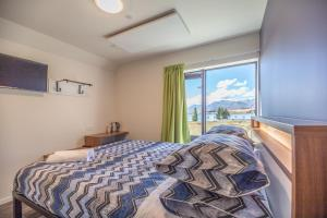 A bed or beds in a room at YHA Lake Tekapo