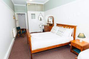 A bed or beds in a room at Bundanoon Hotel