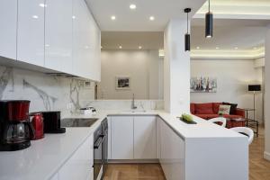 Kuchyň nebo kuchyňský kout v ubytování Luxurious Spacious Apt next to Hilton Hotel