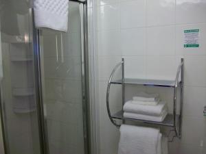 A bathroom at Gate Lodge Guest House
