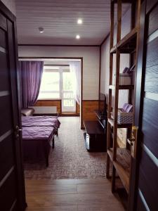 Двухъярусная кровать или двухъярусные кровати в номере Отель Георгиевский