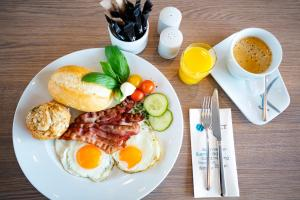 Breakfast options available to guests at Select Hotel Berlin Spiegelturm