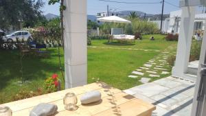 Κήπος έξω από το Akrotiri Skyros