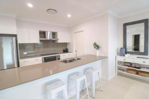 A kitchen or kitchenette at Illaroo at Catherine Hill Bay