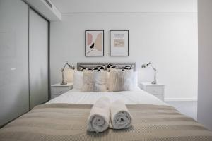 A bed or beds in a room at Executive Luxury Apt with parking next to Station