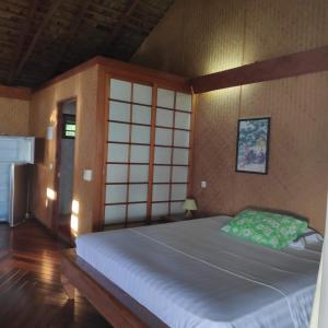 A bed or beds in a room at Tehuarupe Surf Studios