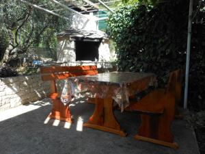 BBQ facilities available to guests at the apartment