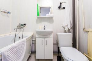 Ванная комната в Апартаменты «В одном шаге от метро Московская»