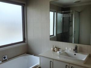 A bathroom at 16 Meridien Avenue 别墅