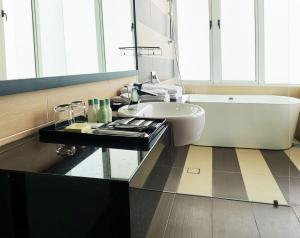 A bathroom at KSL Hotel and Resort - Apartment