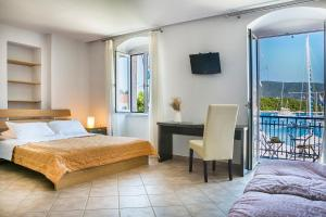 A bed or beds in a room at SEA FRONT FISCARDO ROOMS