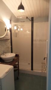 A bathroom at Gîte au Jardin
