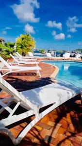 A piscina localizada em Delsol Sea Front Appartment ou nos arredores