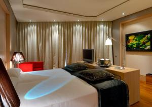 A bed or beds in a room at Vincci Frontaura