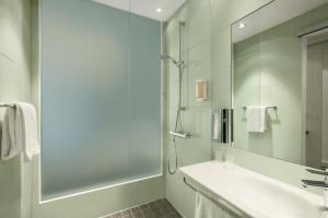 A bathroom at Super 8 by Wyndham Hamburg Mitte
