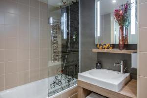 Salle de bains dans l'établissement Mercure Paris Gare Montparnasse