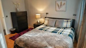 A bed or beds in a room at North London Apartment - Edmonton