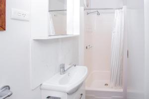 A bathroom at Torquay Holiday Park