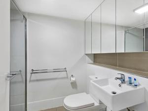A bathroom at Atrio Apartments