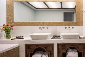 A bathroom at Casa Delfino Hotel & Spa