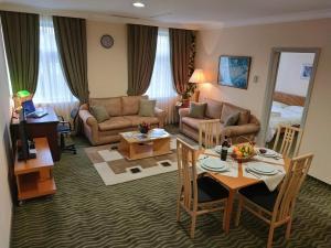 Uma área de estar em City Mansion ApartHotel