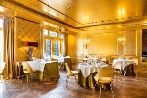 Een restaurant of ander eetgelegenheid bij Restaurant Hotel Merlet