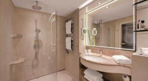 A bathroom at GRAND ELYSEE Hamburg