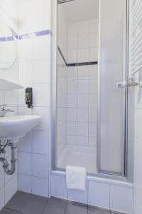 A bathroom at a&o Nürnberg Hauptbahnhof