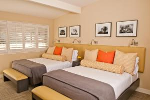 A bed or beds in a room at Calistoga Spa Hot Springs