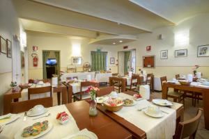 A restaurant or other place to eat at Albergo Arena