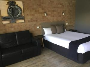 A bed or beds in a room at Bridges on Meninya Motel & Apartments
