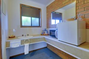 A kitchen or kitchenette at Always Welcome Motel