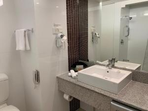A bathroom at The Sydney Boulevard Hotel