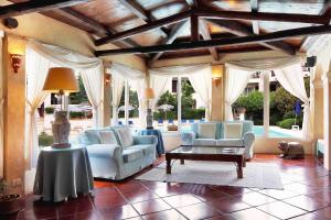 A seating area at Colonna Park Hotel