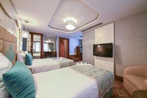 Una televisión o centro de entretenimiento en Grand Star Hotel Bosphorus & Spa
