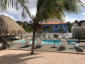 A piscina localizada em Hasta La Vista Royal Luxury Villa Jan Thiel ou nos arredores