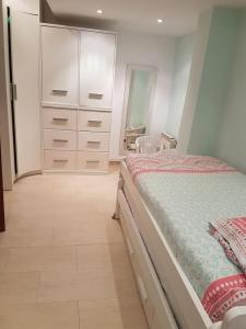 A bed or beds in a room at Large apartment with Jacuzzi in center of Sitges