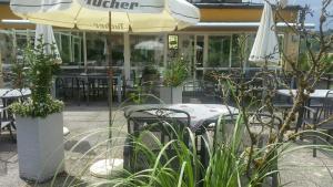Ein Restaurant oder anderes Speiselokal in der Unterkunft Hotel-Pension Haus Hubertus