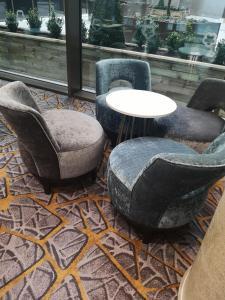 A seating area at Maldron Hotel Newcastle