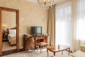 A television and/or entertainment center at SEETELHOTEL Ahlbecker Hof