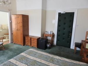 A bed or beds in a room at Môr Wyn Guest House