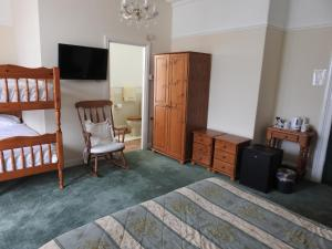 A television and/or entertainment center at Môr Wyn Guest House