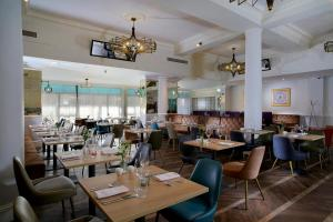 A restaurant or other place to eat at The Queen at Chester Hotel, BW Premier Collection
