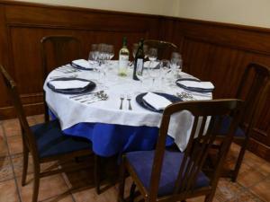 Un restaurante o sitio para comer en Hostal Restaurante San Poul